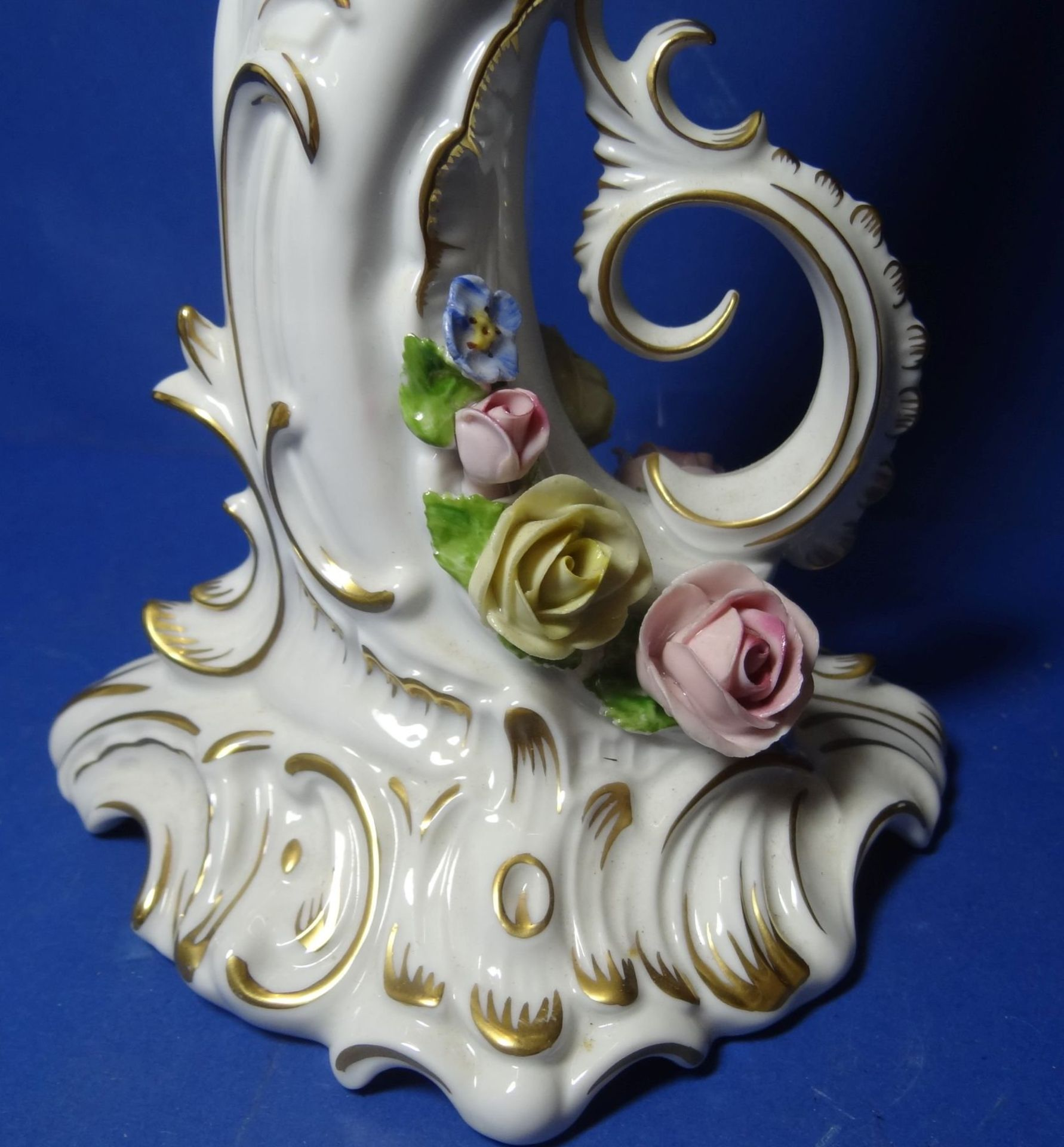 """Los 1038 - grosser, dreiflammiger Leuchter """"Kaiser"""" aufgesetzte Blüten, H-37 cm, B-30 cm, guter Zustand"""