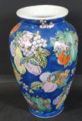 Vase mit Früchtedekor, wohl China, H-25 c
