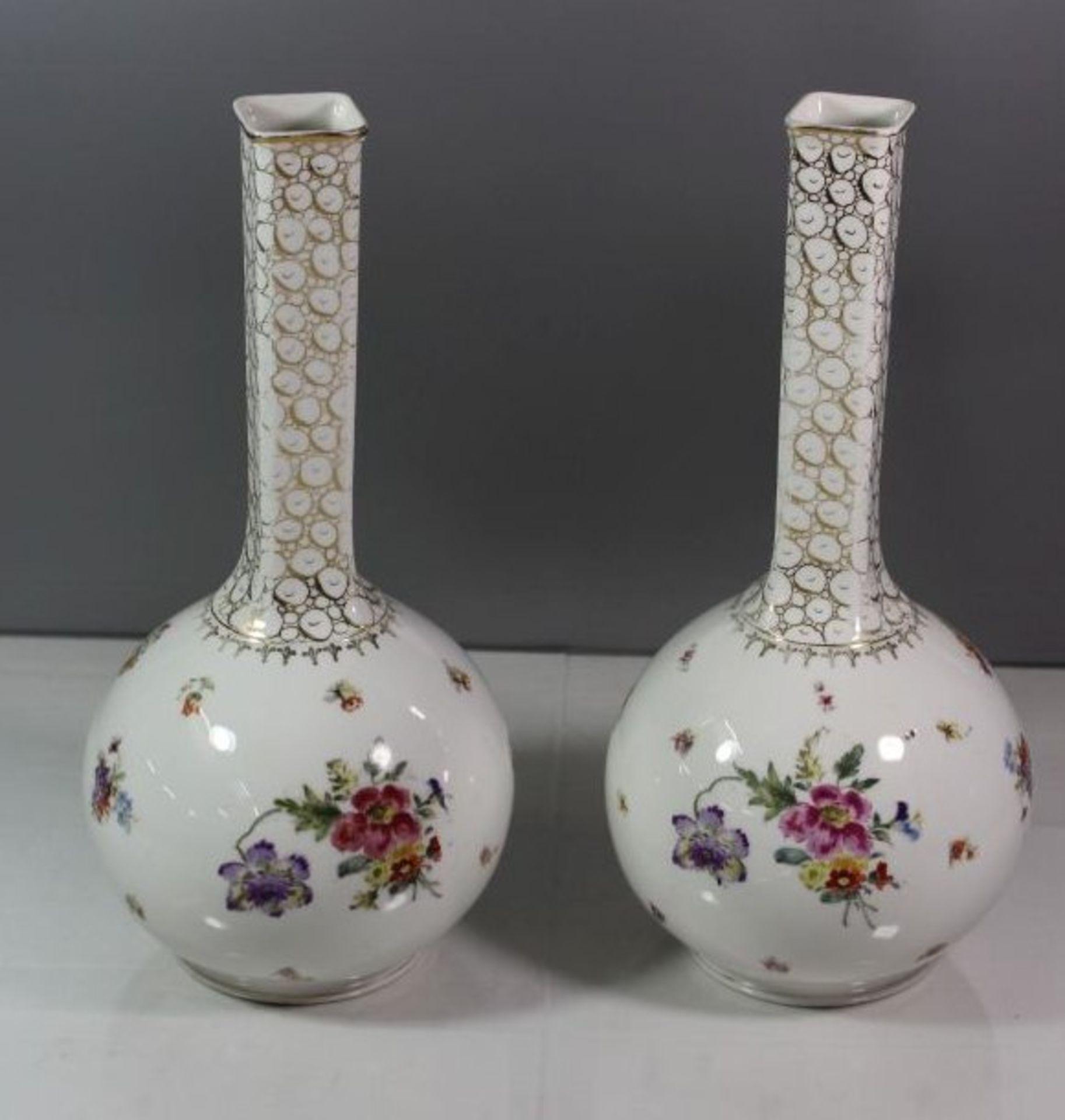 Los 1050 - Vasenpaar um 1900, Blumen-u. Personenbeamlung, Goldstaffage diese min. berieben, H-33,5cm.