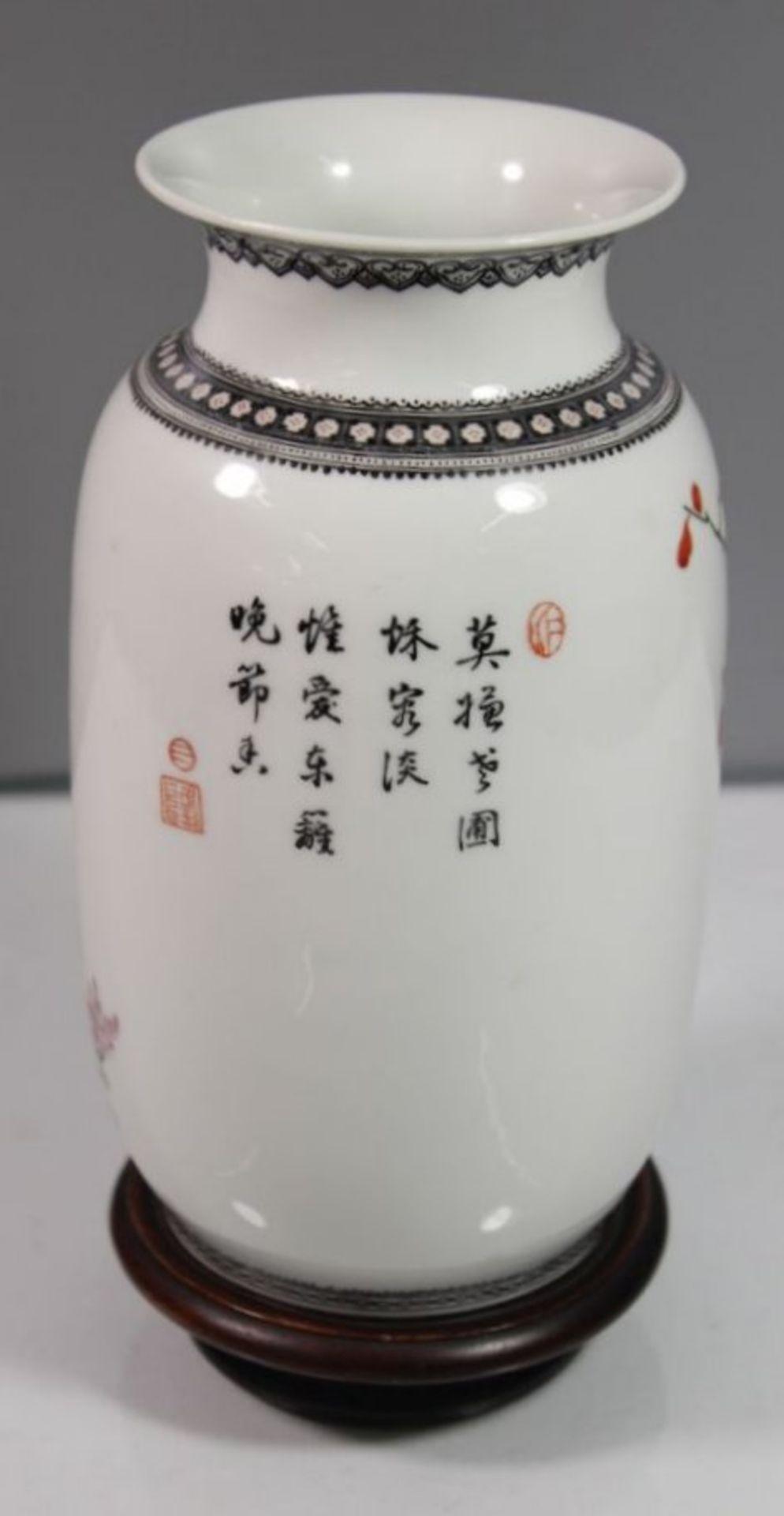 Los 1031 - Vase, China, Blumen-u. Vogelbemalung, auf Holzstand, H-20cm.