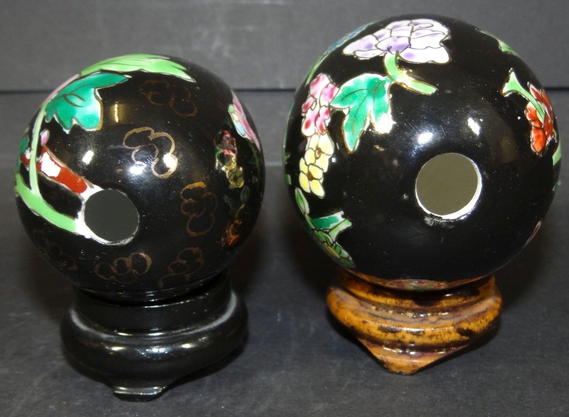 Los 1006 - 2 Porzellaneier, bemalt, auf Holzsockel, H-7 und 8 cm
