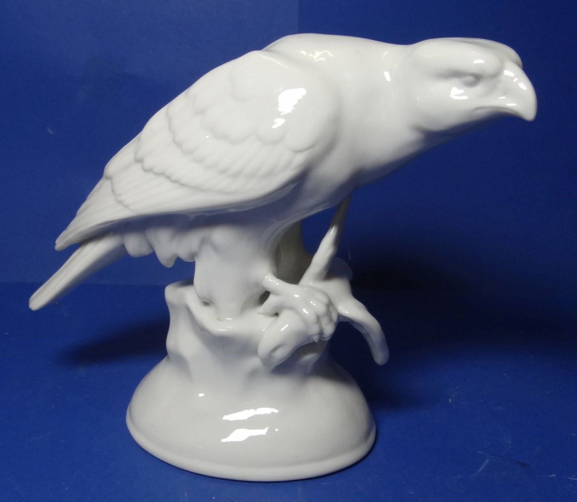 Los 1039 - sitzender weisser Adler auf Sockel, H-16 cm, L-18 cm