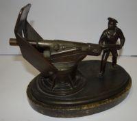 Bronze (Metall bronziert?) Schiffsgeschütz mit Granate ladenden Matrosen, drehbar und Schutzschild beweglich, auf Marmorsockel, H-18 cm, 24x16 cm,  3,9 kg