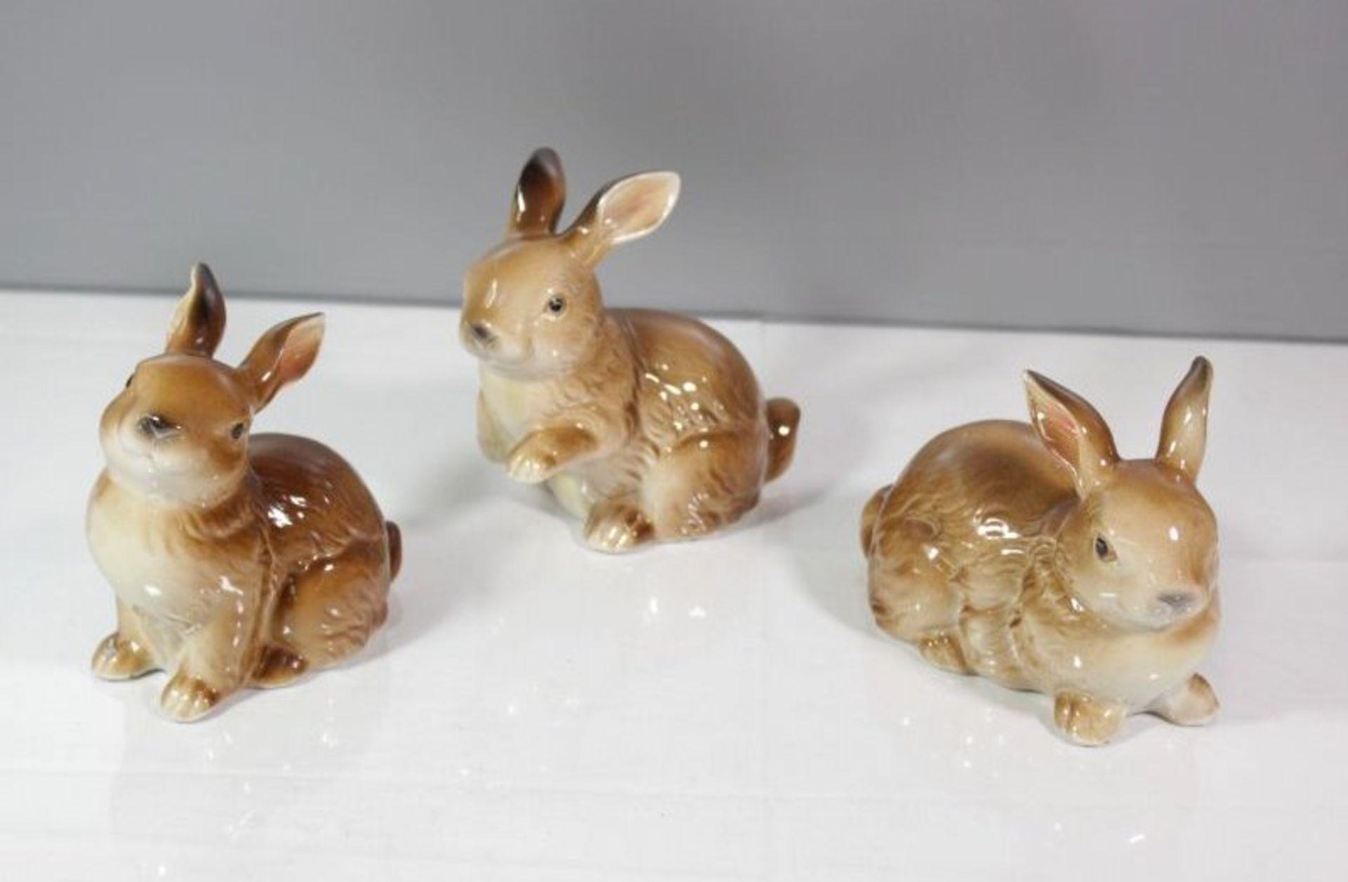 Los 1049 - 3x Hasenfiguren, ungemarkt, neuzeit., polychr. Bemalung in Unterglasurfarben, ca. H-12,5cm.