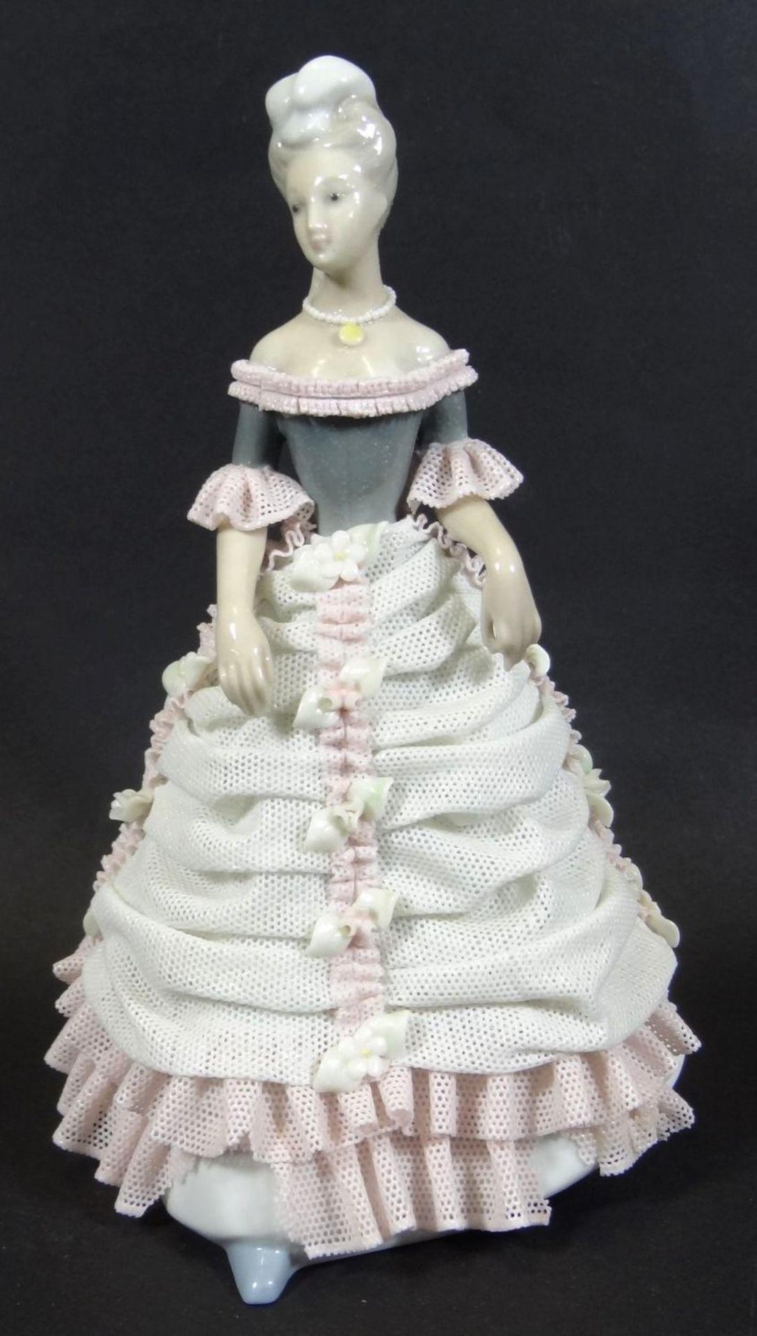 Los 1002 - Dame in Spitzenkleid, in Boden undeutl. Pressmarke, Kleid mehrfach beschädigt, Fehlteile, H-16 c