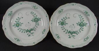 "2 Menueteller ""Meissen"" indisch grün/gold, D-22 cm, beide 1.Wah"