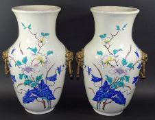 Paar grosse Vasen, handbemalt, Bronze-Griffe mit Löwenköpfen, innen Messing-Einsätze, bealt mit