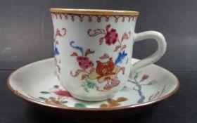 China Tasse mit U.T., florales Dekor um 1780, U.T. minimale Abplatzer