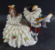 """Dame im Spitzenkleid mit Troubadour """"Sitzendorf"""", guter Zustand, H-14 cm, B-11 cm"""