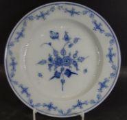 """2 Teller """"KPM"""" Berlin um 1840, blaues Girlandendekor und gebrochene Stabrippen, ein Teller Rand mit"""