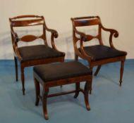 Zwei englische Armlehnstühle mit zwei Hockern, 19.Jhd.