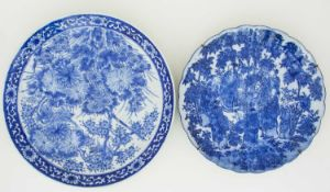 Two Japanese porcelain chargers, late Meiji/Taisho period, 日本,瓷质大盘两件,明治/大正末期 comprising a dished