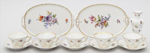 Fünf Mokkatassen mit Untertassen, zwei Tabletts und Vase, Nymphenburg.