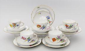 Fünf Kaffeetassen mit je sechs Untertassen und Desserttellern, Meissen,