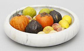 """Runde, weiße Marmorschale mit 17 """"Früchten""""."""