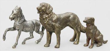 Pferde- und 2 Hundeskulpturen.