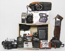 Konvolut Fotoapparate und Zubehör.