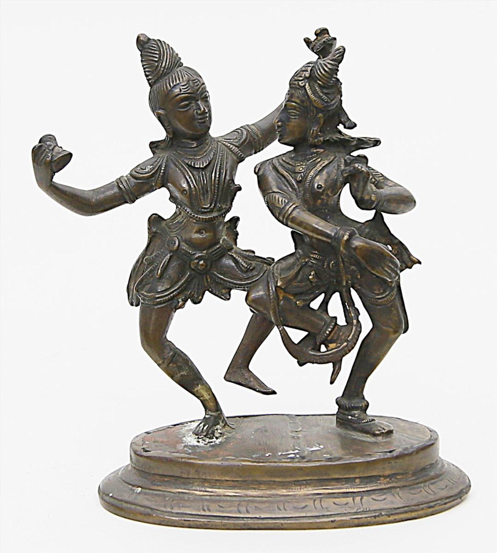 Los 1565 - Skulpturengruppe zweier Tänzerinnen.Bronze mit dunkelbrauner Patina. Ovaler Sockel. Indien, 19./