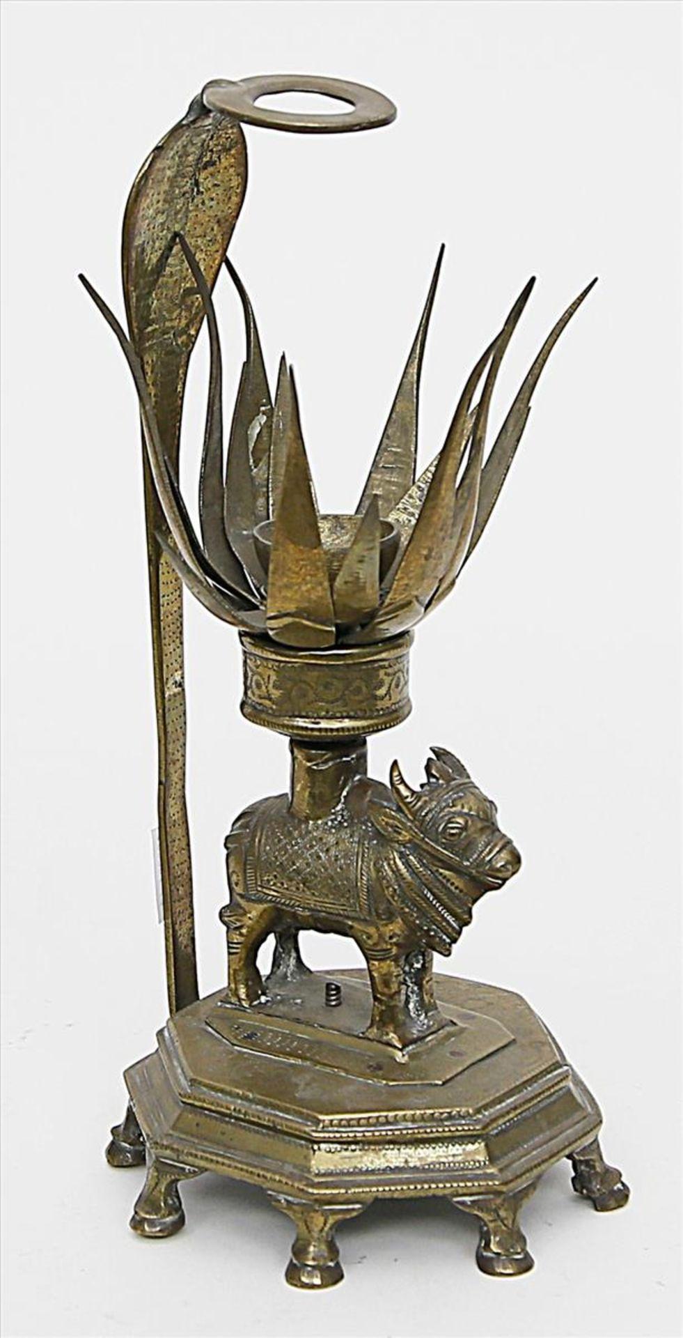 Los 1564 - Opfergefäß.Messing/Bronze. Auf zehnpassigem Sockel mit Füßen stehendes Rind, auf dem Rücken
