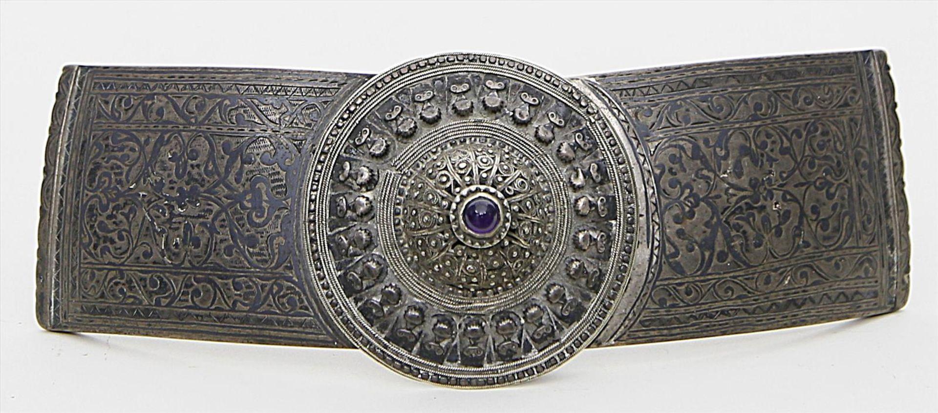 Los 1566 - Gürtelschließe,zweiteilig. Silber mit floraler Tauschierung, 205 g. Filiganer Aufsatz mit Amethyst-