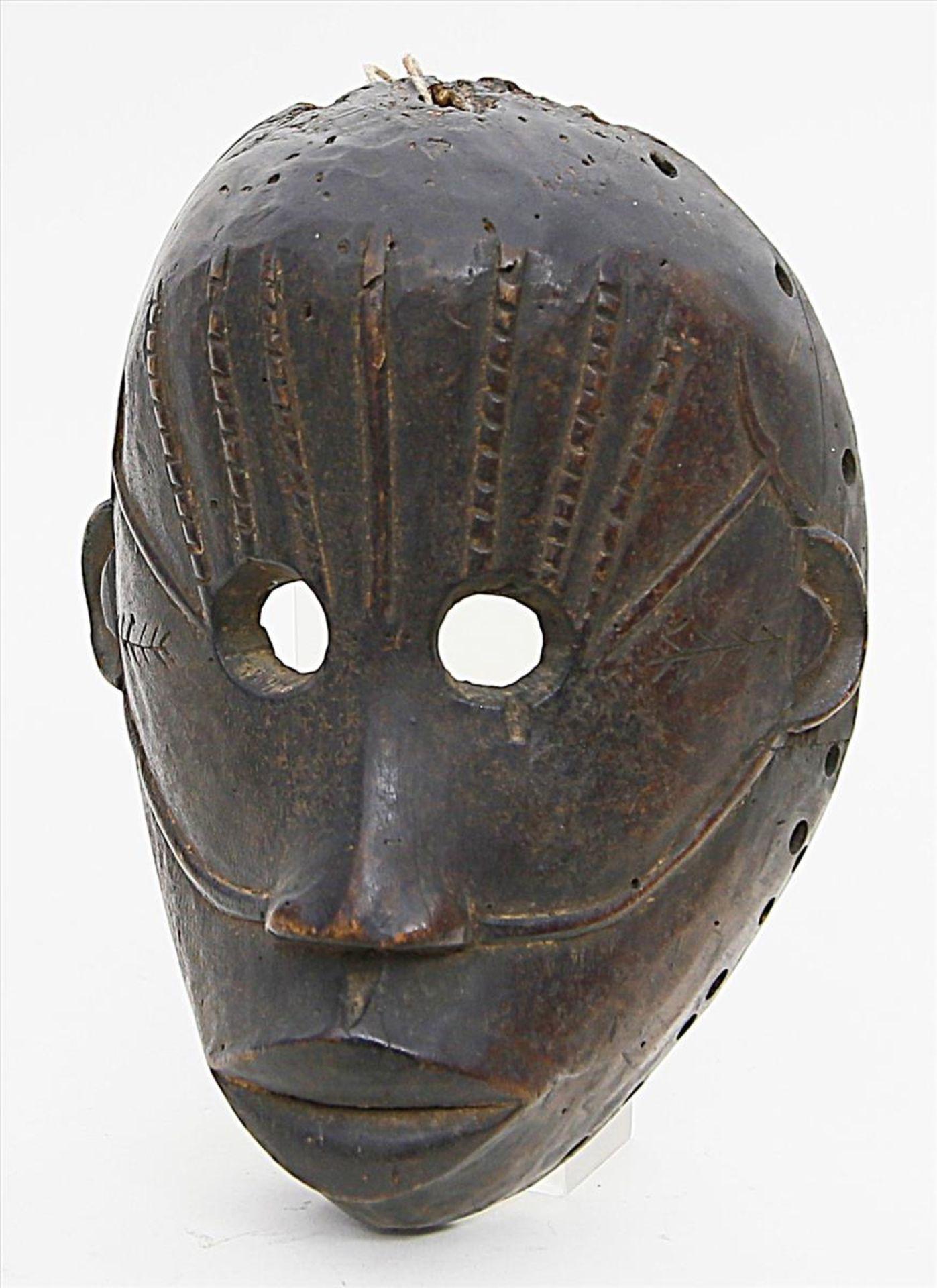Los 1567 - Afrikanische Maske.Holz, geschnitzt. Altersspuren. Kongo. H. 23 cm.