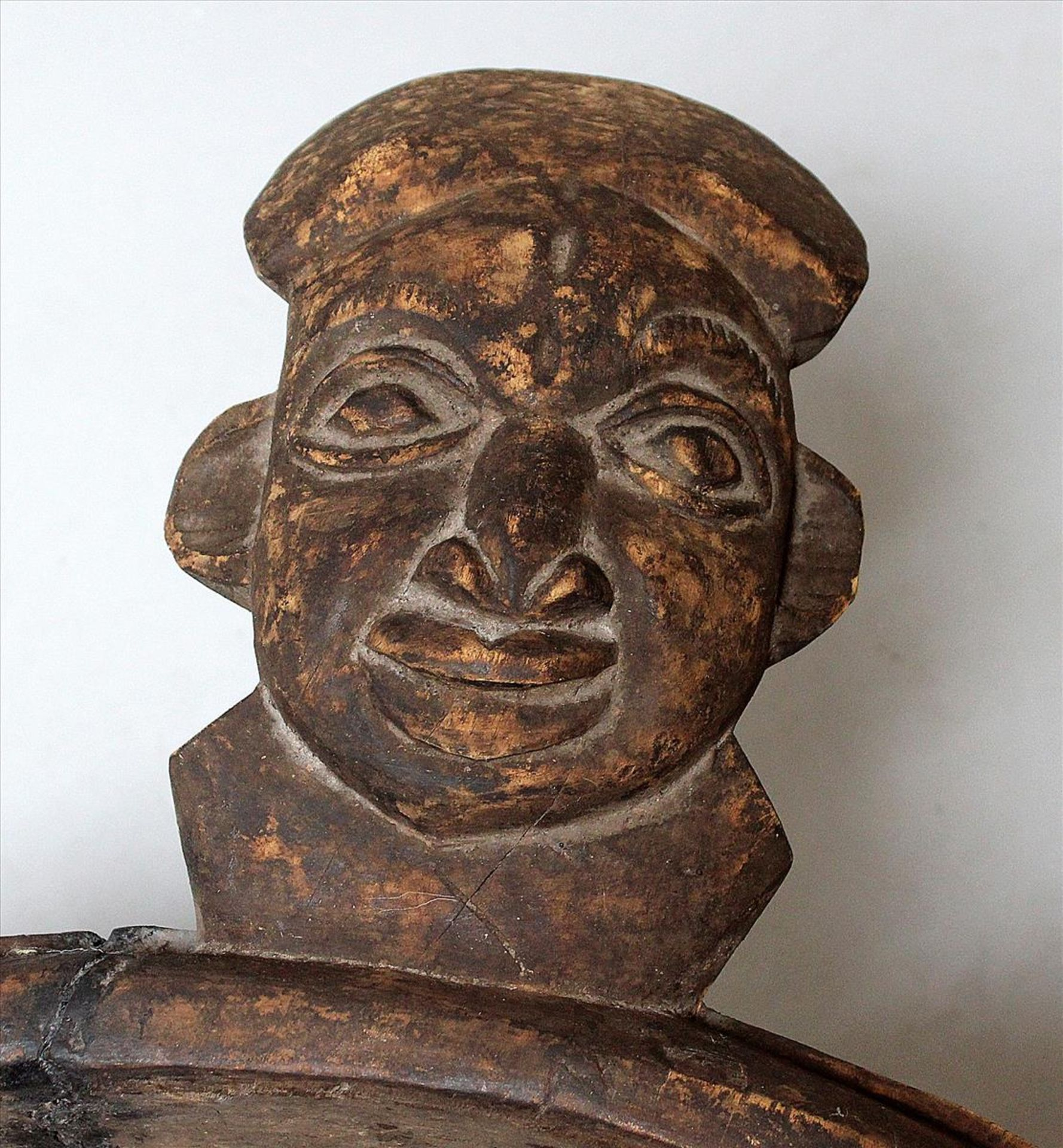 Los 1570 - Große, afrikanische Schale.Holz, geschnitzt. Korpus mit Kopf eines Hahns und Griff als Männerkopf.