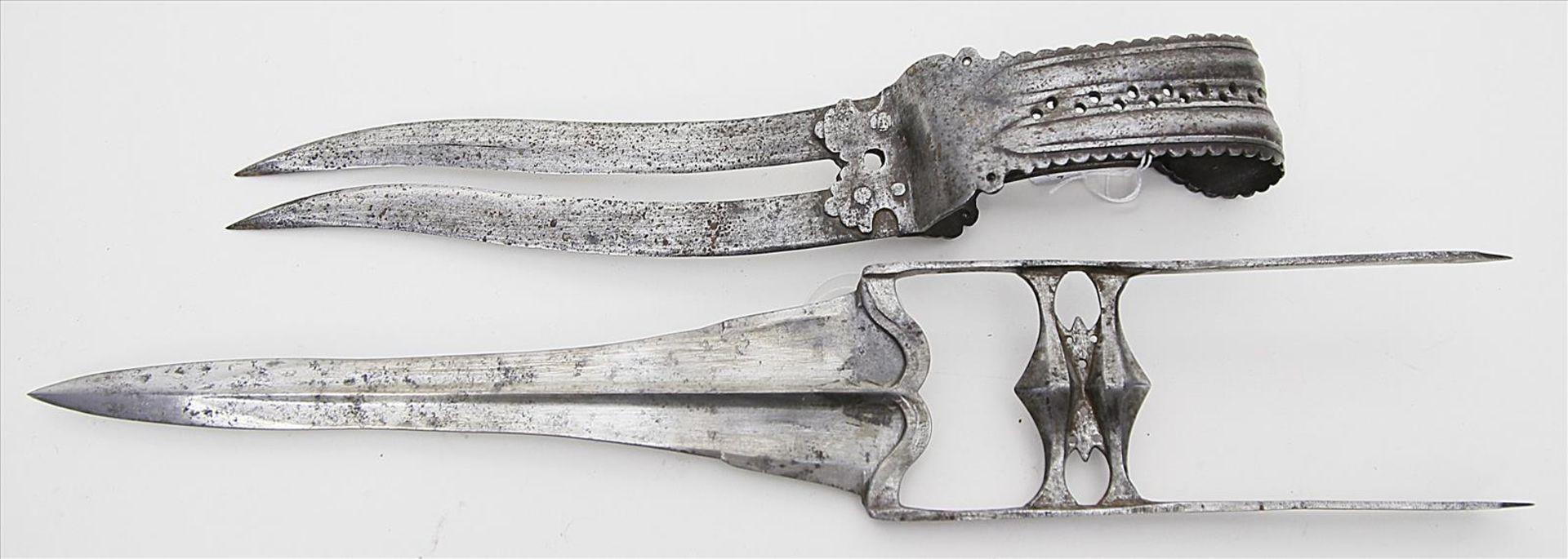 Los 1555 - Zwei Dolche - Katar bzw. Bichwa.Zweischneidige bzw. doppelte Stahlklinge mit Griffbügel bzw.
