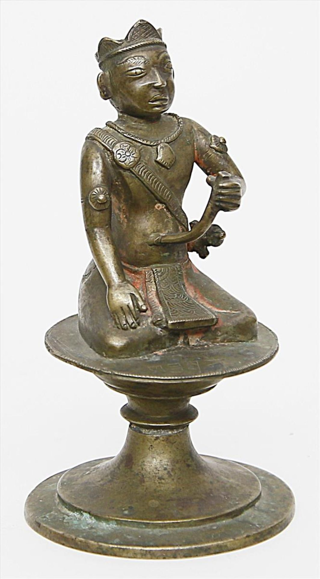 Los 1563 - Skulptur eines hockenden Kriegers.Bronze. Auf rundem Sockel, das Attribut in der li. Hand