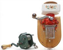 Kleine Wandkaffeemühle und Bohnenschnippelmaschine.Verschiedene Materialien. Gebrauchsspuren bzw.