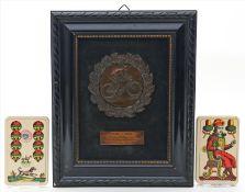 """Fahrradfahrer-Plakette """"1928-1938"""" und altes Kartenspiel,mit 32 Karten (Hersteller Piatnik, Wien mit"""