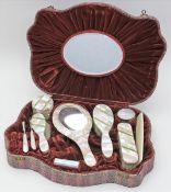 Toilettengarnitur, 10-teilig.Perlmuttdekor. Gebrauchsspuren. Mitte 20. Jh. Im Original-Etui.