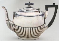 Teekanne im Queen-Anne-Stil.Metall, versilbert. Henkel und Deckelknauf aus Ebenholz.