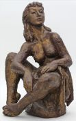 Unbekannter Künstler (um 1989)Sitzender, weiblicher Akt mit Tuch. Ton, braun-golden gefasst.