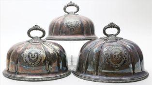 Kleine und Paar große Wärmeglocken (Cloche).EPNS (plated). Haubenform mit Griff und gravierten,