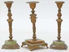 3 Kerzenleuchter, 1x als Paar und je einflammig.Messing mit teils beriebener Vergoldung, Fuß je