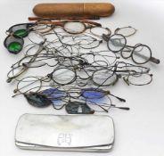 Sammlung von 21 Brillen und 2 Etuis.Verschiedene Ausführungen und Materialien, teils besch. 19.