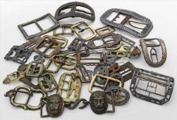 Konvolut Schnallen.Verschiedene Metalle und Ausführungen. Überwiegend mit starken Gebrauchsspuren