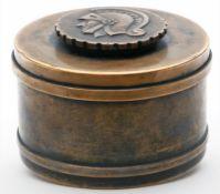 Runde Dose.Bronze. Deckelknauf mit reliefiertem Ritterkopf. Gebrauchsspuren, Patina teils berieben
