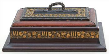 Schatulle.Holz, verschiedenfarbig gelackt. Reliefdekor. Gebrauchsspuren. Um 1900. 12x 27x 16,5 cm.