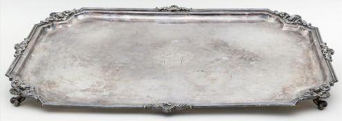 Tablett.Versilbert. Rechteckform mit Rocaillen und Puttoköpfen, im Spiegel gravierte Wappenkartusche