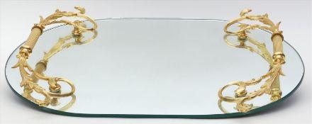 Ovales Spiegeltablett.Vergoldete Metallmontage mit Griffen und vier Füßen. 20. Jh. D. 33,5x 49,5