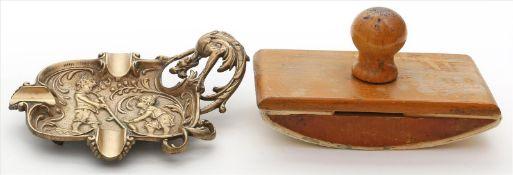 Aschenbecher.Messing mit figürlichem Reliefdekor. Wohl um 1900. D. 13,5x 17,5 cm. Beigegeben: