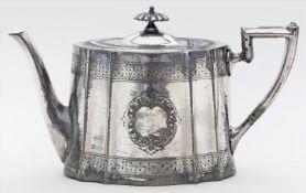Teekanne.Zinn mit teils beriebener Versilberung und ziseliertem Dekor. Gebrauchsspuren und l.