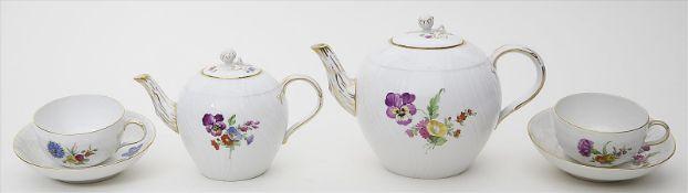 Kleine und große Teekanne sowie zwei Teetassen mit Untertassen, KPM Berlin,