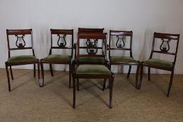 Serie van 6 mahonie stoelen met harpleuning en groen velourse zitting, w.o. armstoel.