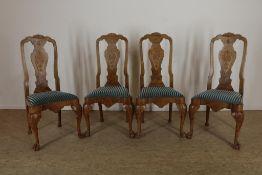 Serie van 4 Chippendale-stijl stoelen met gestoken rugleuning en blauw velourse zitting.