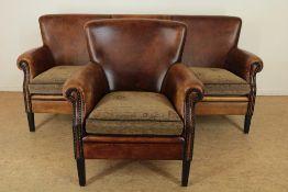 Bruinlederen 3-zits bank met bijpassende fauteuil met stoffen kussens, fabrikant Lounge Atelier.