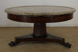 Mahonie ronde salontafel onder marmeren blad rustend op klauwpoten, 19e eeuw, h. 52, diam. 100