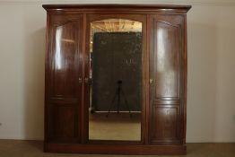 Noten linnenkast met middelste deur de spiegel in de buitenkant, twee deuren ernaast spiegeldeur aan