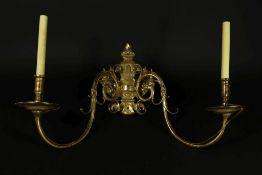 Bronzen 2 lichts wandapplique, vermaakt tot elektra. (1 pin ontbreekt)